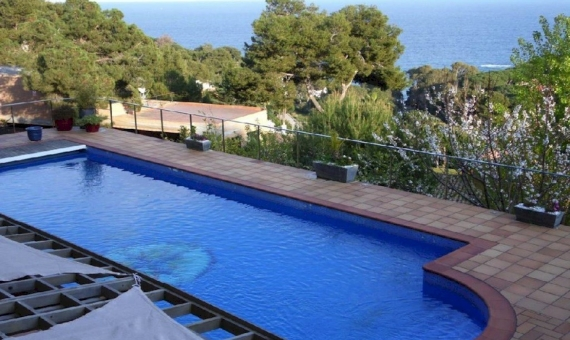 Spacious villa of 900 m2 with sea views and a swimming pool in the urbanization Cala San Francesc, Blanes | 10787-19-570x340-jpg