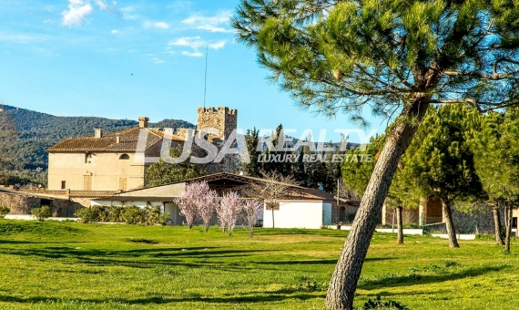 Golf Club and the Castle Rosanes in La Garriga 40km away from Barcelona | 1-2lusa-realty-masia-barcelona-570x340-jpg