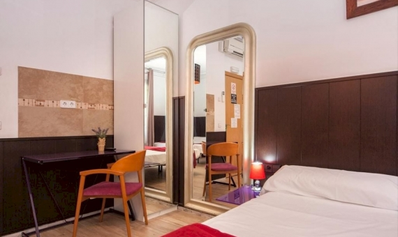 Newly renovated 7 room hostel near Plaza Catalunya, Eixample | ghk-570x340-jpg